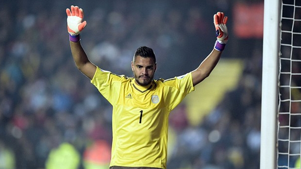 Manchester United have signed Argentina international goalkeeper Sergio Romero on a three-year contract.
